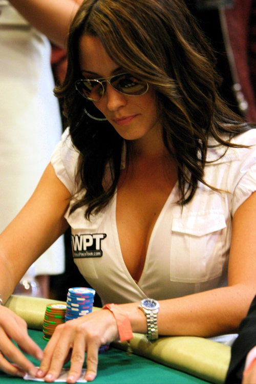 girl play poker une fille joue au poker texas hold'em